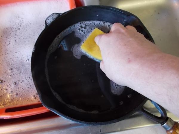 Lavaggio padella in ghisa